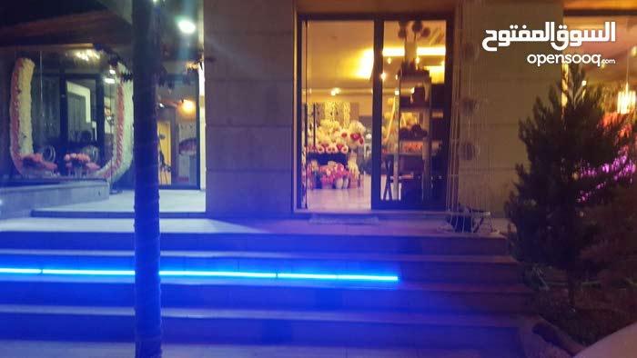 محل ازهار ومكتب مميز في شارع مكة للبيع