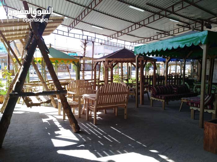 جلسات وكراسي وارجوحات ومظلات خشبية