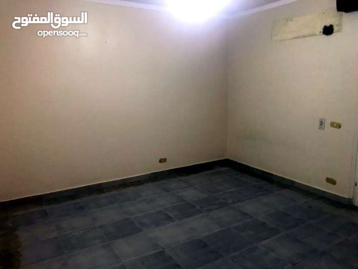 building is 1 - 5 years has an apartment for sale