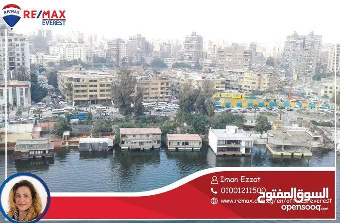 للبيع لدواعي السفر شقه بموقع متميز على النيل بالزمالك