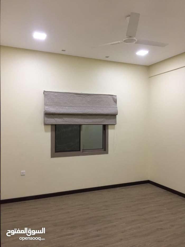 للايجار شقة نصف مفروشة شاملة الكهرباء  والبلدية تتكون من 3 غرف