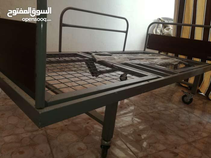 سرير طبي (عجلات) مفرد ونص مع مقابض تحكم يدوي + فرشة مساج لعلاج تقرحات الجسم و