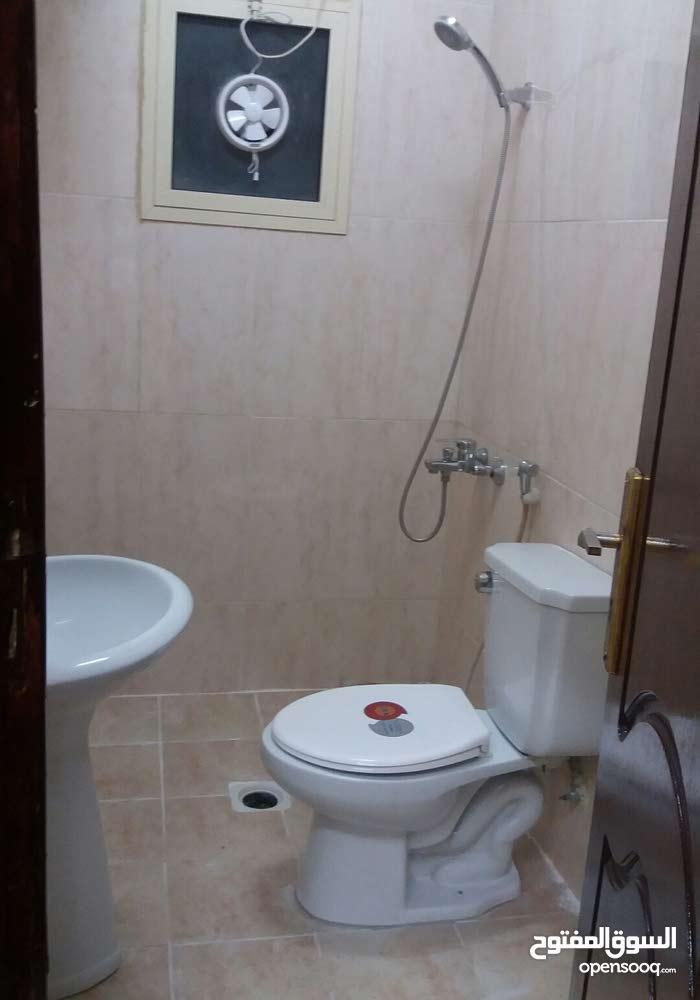 شقه سكنيه غرفتين نوم حمامين صاله مطبخ شامل الكهرباء والبلديه المحرق