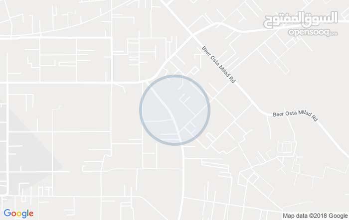 قطعة أرض 3000متر واجهتين فيها منزل 400م بالقرب من سوق تبارك
