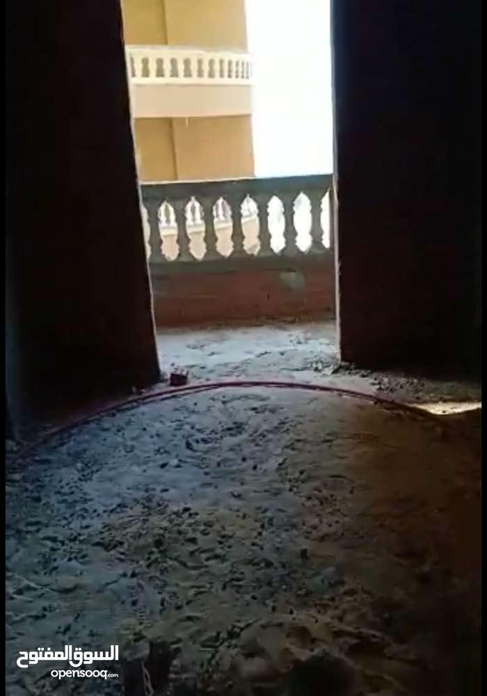 شقه تلات نمره من البحر 80م
