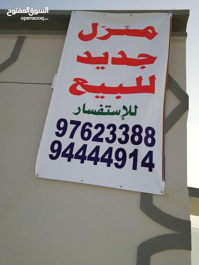 بيت للبيع في إبراء (مصرون) يتكون من 4 غرف و 5 حمامات وصاله ومطبخ ومجلس ومخزن