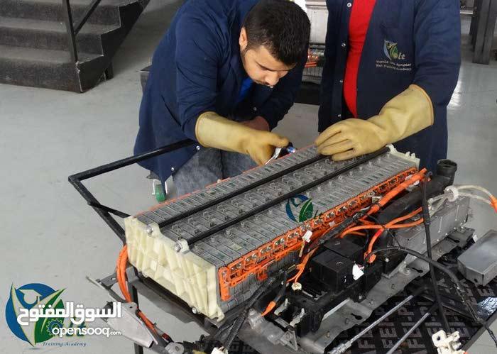 سجل في صيانة سيارات الهايبرد والكهربائية