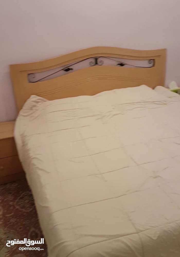 غرفة نوم خشب كونتر + سفرة بأربع كراسي مع مكتب جديد وكنبة جديدة بالاضافة الى غسالة وثلاجة وبوتاجاز