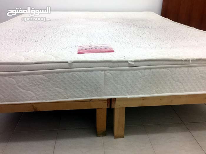 للبيع سرير خشب ماليزي مع مرتبة طبية 180 سم x  2 متر