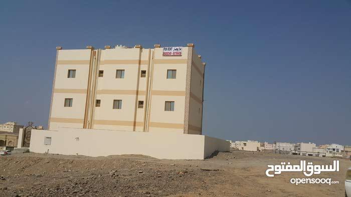للبيع بناية سكنية مكونة من 3 شقق في المعبيلة قرب جامع التواب