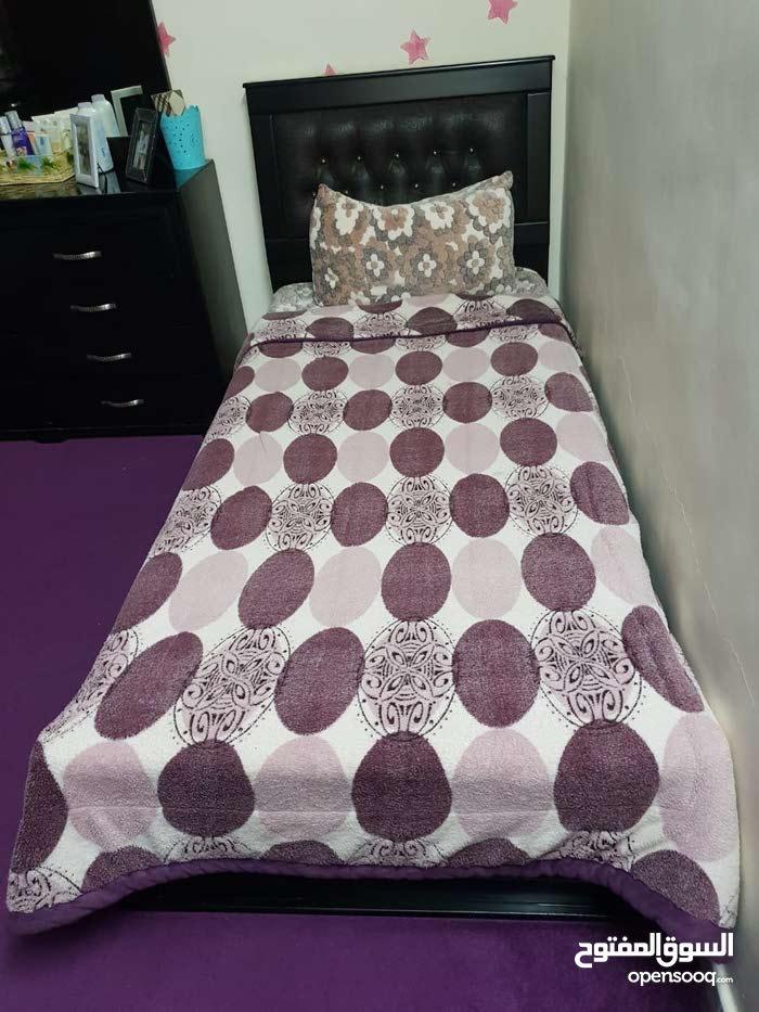 غرفه نوم مع تريه وبرادي