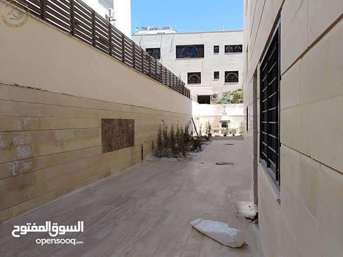 شقة مميزة للبيع في خلدا قرب المعارف 245م مع حديقة وترسات 250م لم تسكن