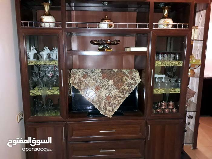 بوفيه المنيوم خشب فورومايكا و شاشة تلفزيون  للبيع