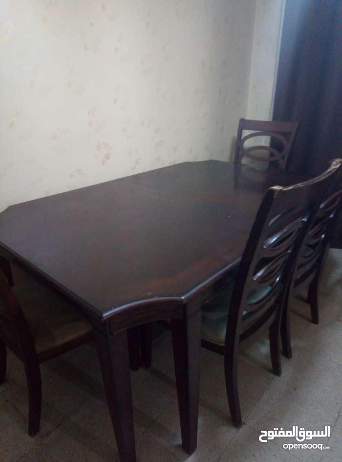 طاولة خشب لاتي مع اربع كراسي