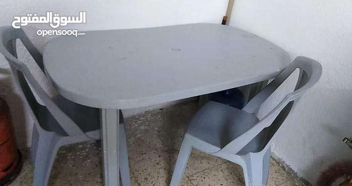 طاولة وكراسي بحالة جيدة جدآ