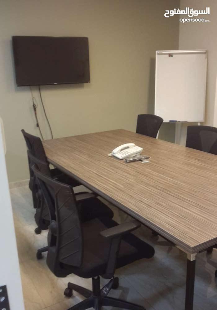 مكتب للايجار مع بيع كافة أجهزته وأثاثه وديكوراته