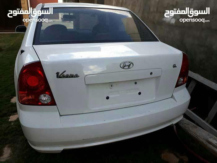White Hyundai Verna 2005 for sale