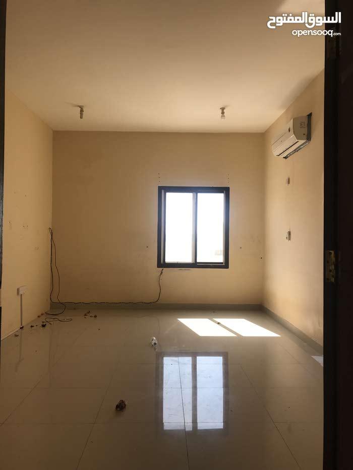 شقة كبيرة جداً ونظيفة للإيجار