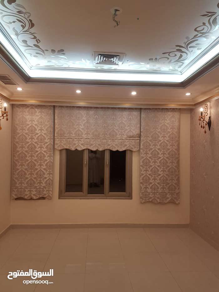 للايجار شقة في عبدالله المبارك للمعاريس او عائلة صغيرة طفل او طفلين للكويتيين فق
