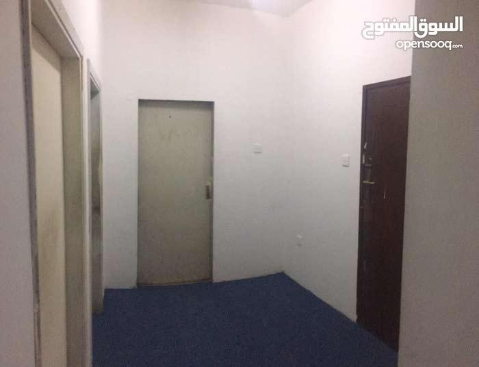 شقة واسعة للأجار روي شرق جامع السلطان قابوس
