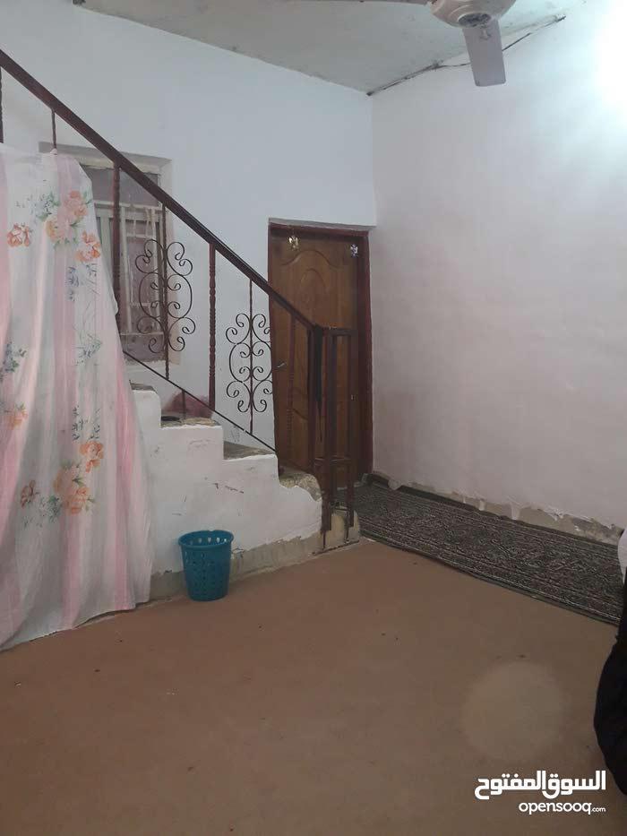 بيت في القبله نص قطعه 100متر يحتوي على غرفتين ومطبخ وحمام وتواليت وهول وديوانيه