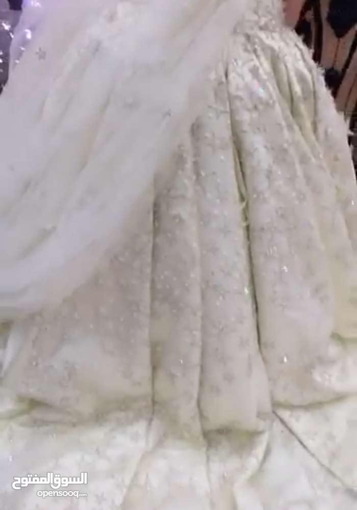 فستان ملوكي من تصميم المصمم اللبناني ^ألي صعب ^
