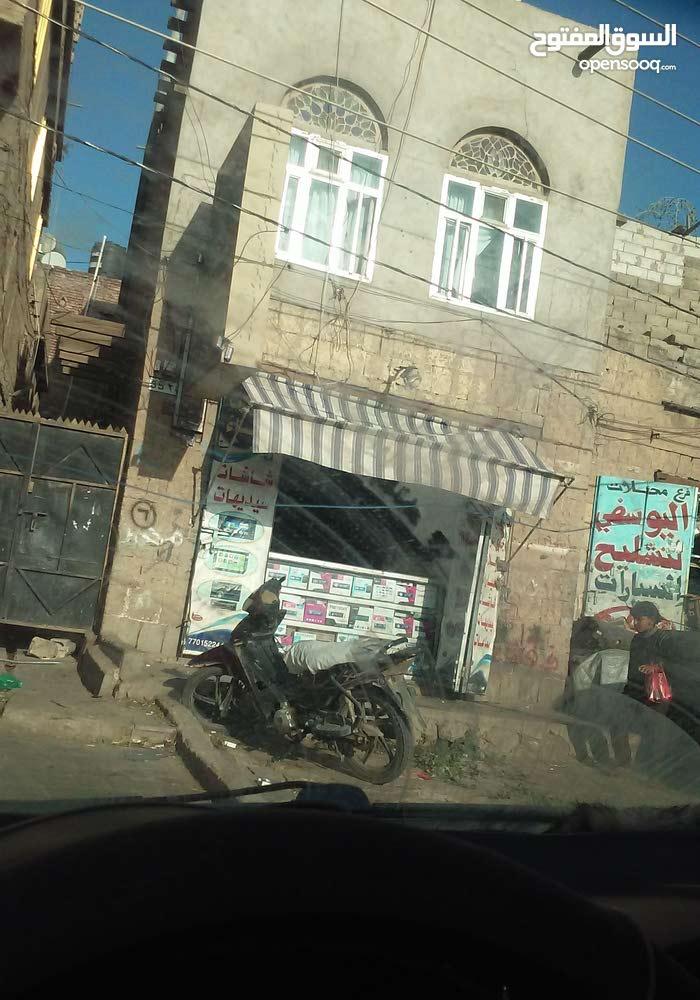 شارع خولان الشرع الرئيسي ..بالقرب من وكالات الزبيب والمكسرات