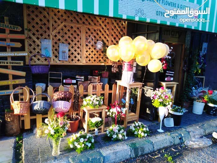 محل زهور و هدايا بموقع مميز في الزرقاء