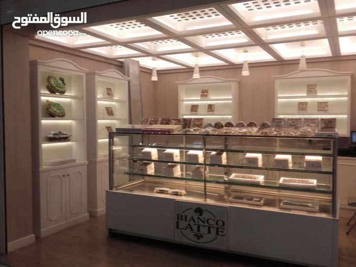 بياع في محل  حلويات في جميع انوع الحلويات شكلاته فطير كيك ارغب في شغل في كويت