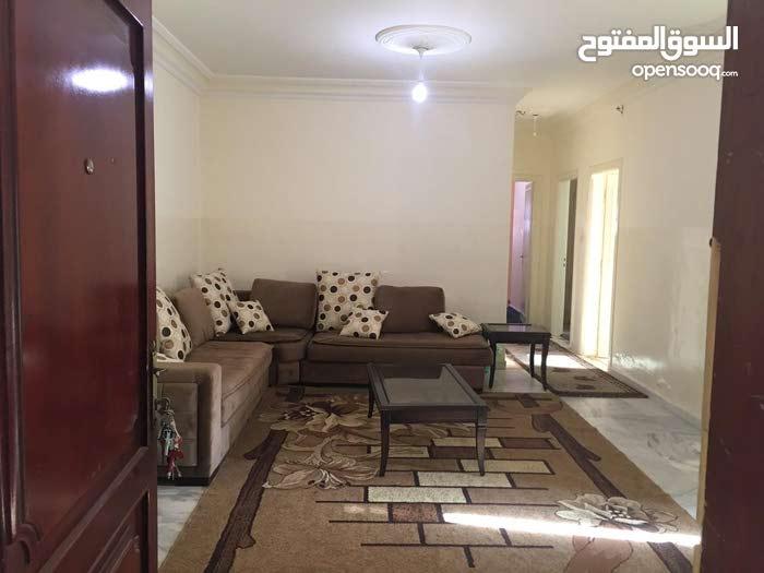 شقة مفروشة بحالة ممتازة مقابل الباب الرئيسي للجامعة الاردنية ومستشفى الاسراء