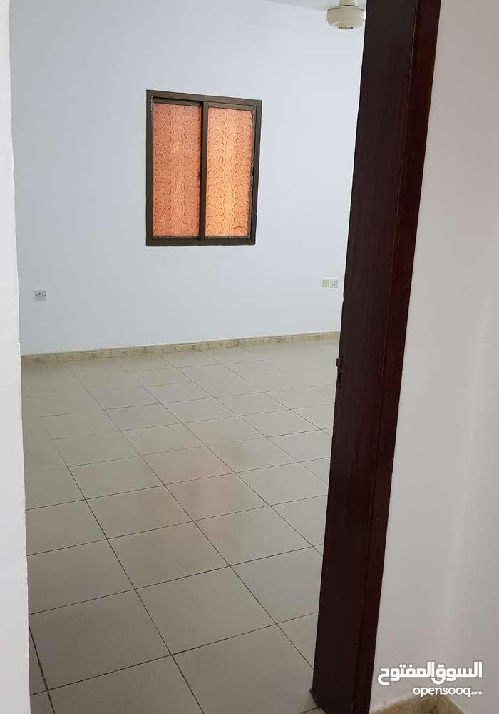 للايجار بصورة عاجلة شقة كبيرة في الخوير 33 تم صيانتها 3 غرف