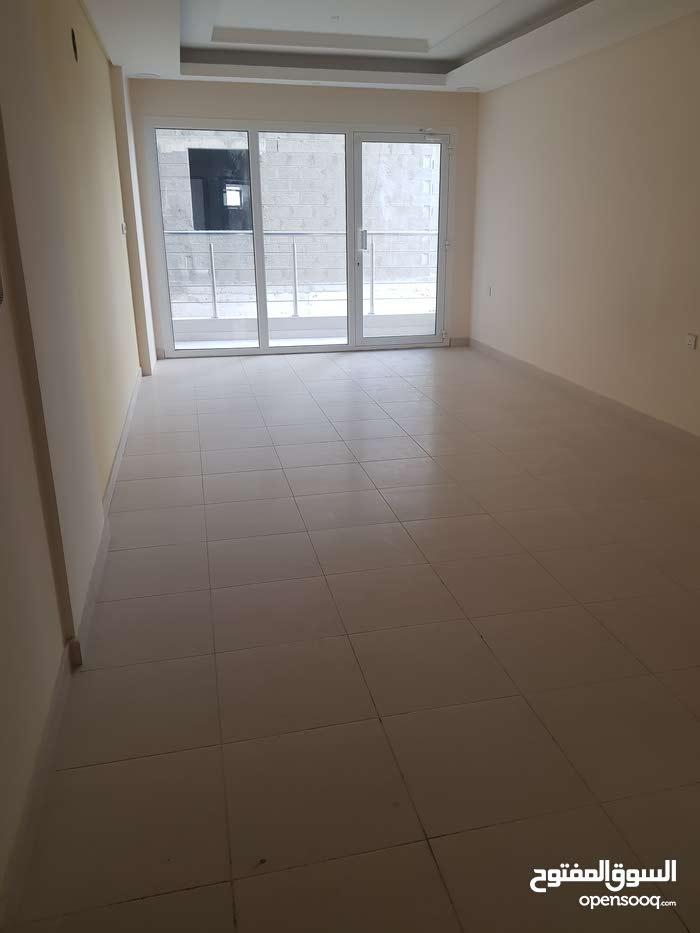 للايجار شقة في الحد من 3 غرف نوم وحمامين ومطبخ وصالة كبيرة بسعر 300 للتواصل على 36111818
