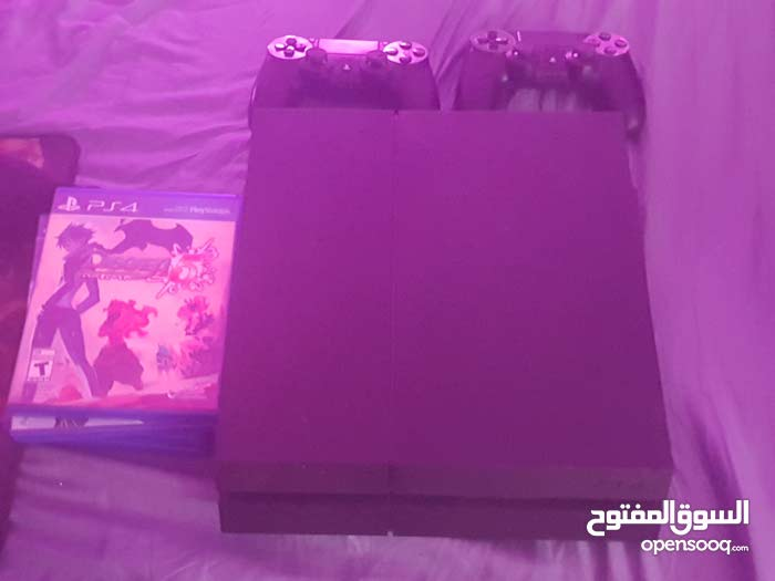 Ps4 in great condition , barely used , with 4 games and 2 controlers
