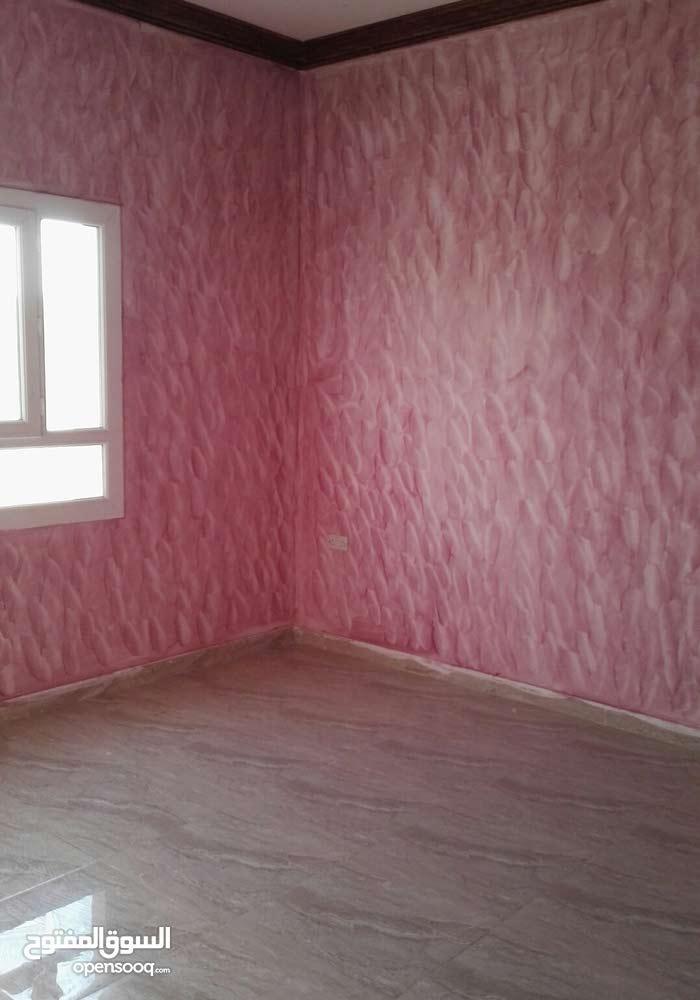 شقة للايجار تتكون من غرفتين ومجلس ومطبخ وثلاث دورات مياه