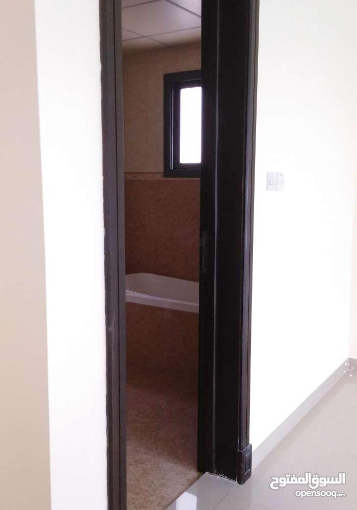 شقة سكنية راقية جدا نصف فرش مكونة من صالة كبيرة وحوش وثلاث غرف