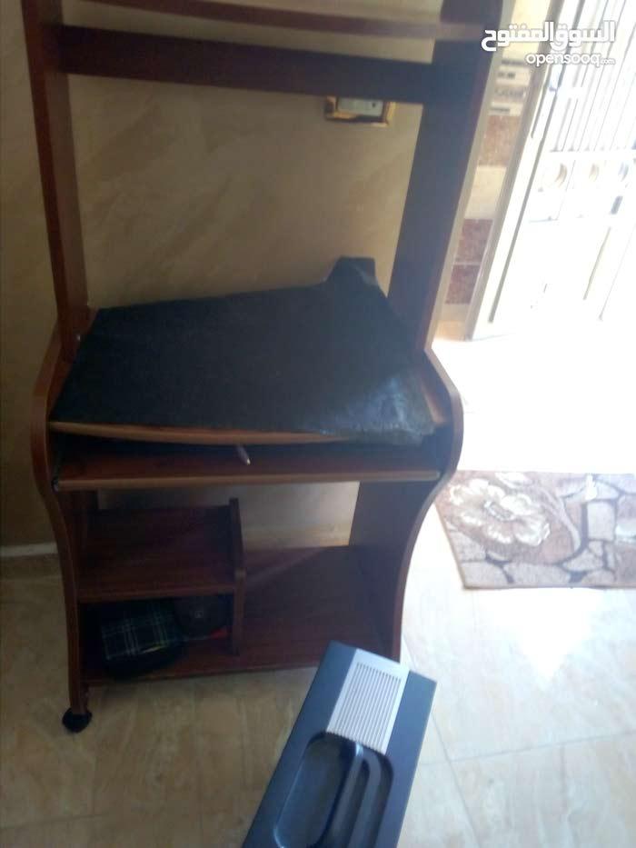 طاولة كمبيوتر للبيع بحالة الوكاله خشب زاان