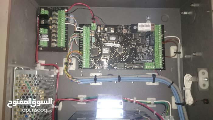كهربائي و فنيي تحكم بالمداخل و كميرات مراقبه