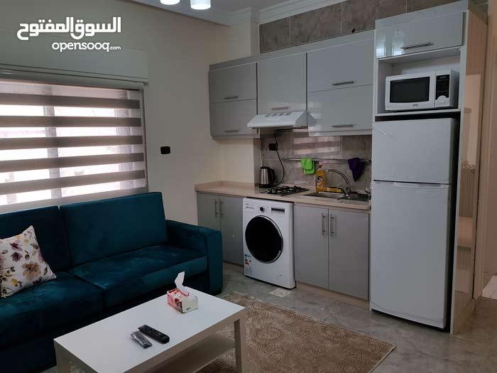 شهري / يومي (شقق غرفتين و استوديوهات ) للايجار الجامعة الاردنيه