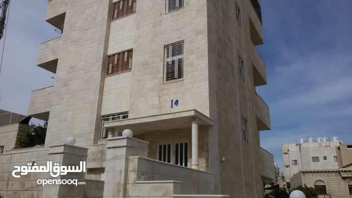 شقة طابقية200م موقع هادئة ومخدومة
