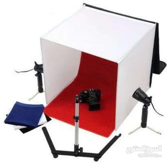استوديو بتصميم صندوق مربع مع كشافات لتصوير الاعلانات
