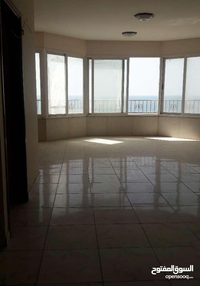 شقة سكنية 190 متر للايجار علي شاطئ البحر اطلالة غربية مفتوحة