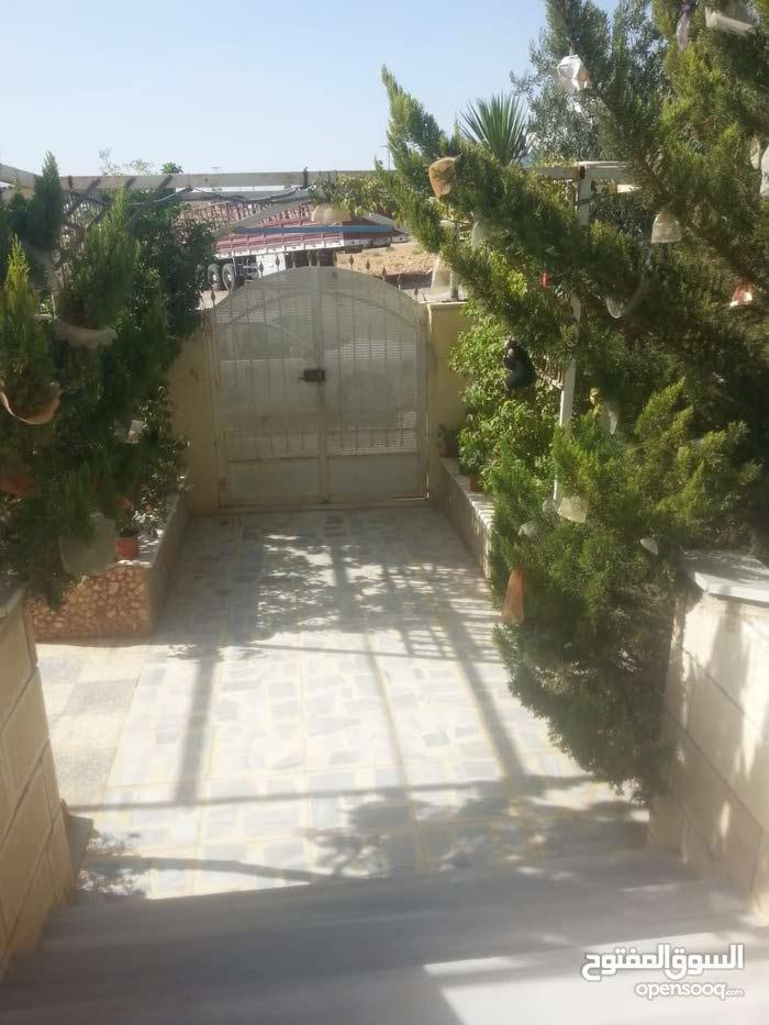 بيت مستقل للبيع في منطقه احد واجهه حجر مشجر ومصور للجادين فقط