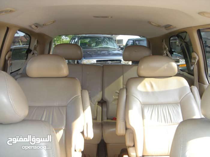 سيارة عائلية كبيرة و نظيفة + سائق محترف للايجار
