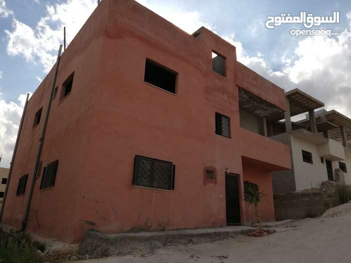 منزل للبيع طابقين مساحة منزل  125 م و الارض 316 م عين الباشا حي الفروسية