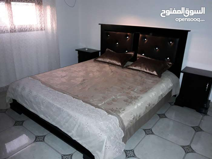 chambre à coucher neuve en bois rouge