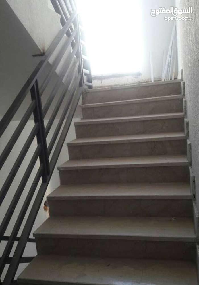 شقة للبيع طابق أرضي في القويسمة بلقرب من( كلية حطين) مساحة الشقة 125 متر + ترس