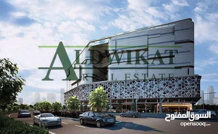 مجمع تجاري فارغ للبيع في شارع الجاردنز بمساحة بناء 3200 م