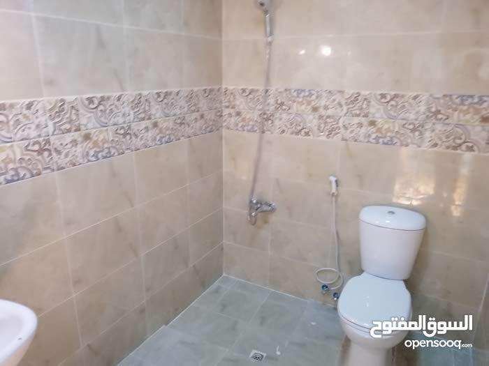 شقة للايجار في منطقة جدعلي مع الكهرباء ،  220 دينار مكونة من حجرة كبيره واسعة