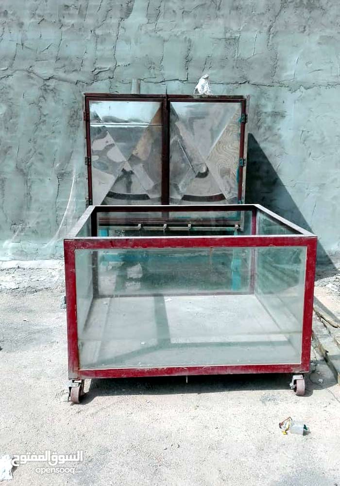 حوض سمك طول متر ونص وعرض متر ونص  + شوايه سمك تحتوي على 14 صينيه للبيع