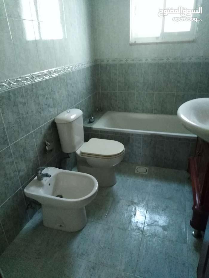 شقة فارغة للايجار دوار الكيلو شارع مكة خلف البركركنج 3نوم 3حمام صالون معيشة 375
